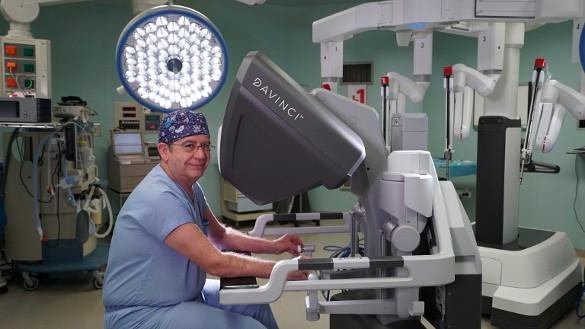 Врач-хирург и робот Da Vinci